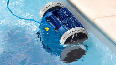 Cómo tener limpio el fondo de la piscina